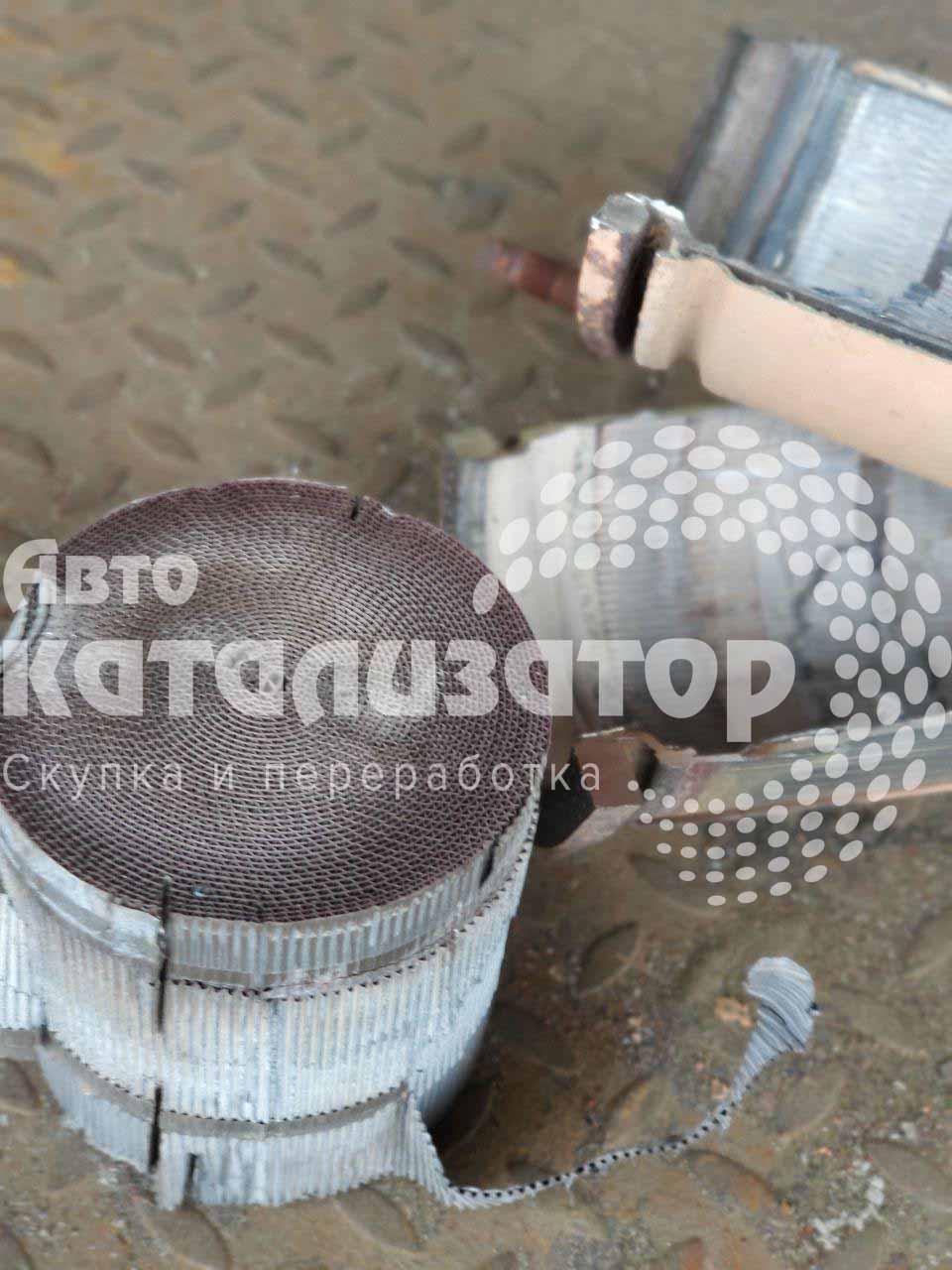 Металлические катализаторы в железном корпусе после того как его достали из железного корпуса